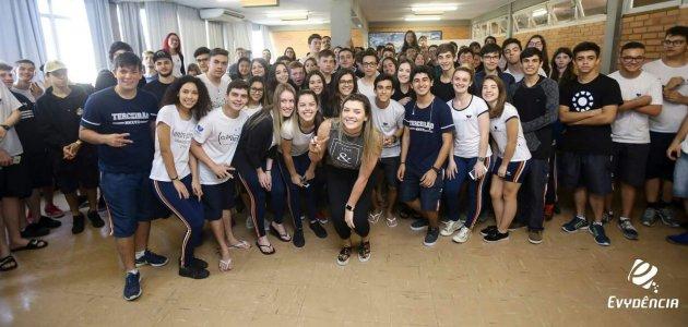 Rosamaria participa de bate-papo com estudantes